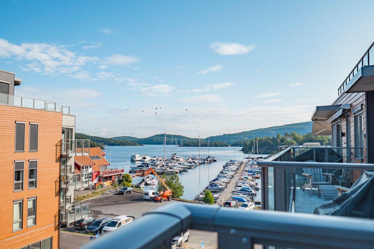 Hyggelig utsikt fra balkongen mot havnen og indre havnebasseng