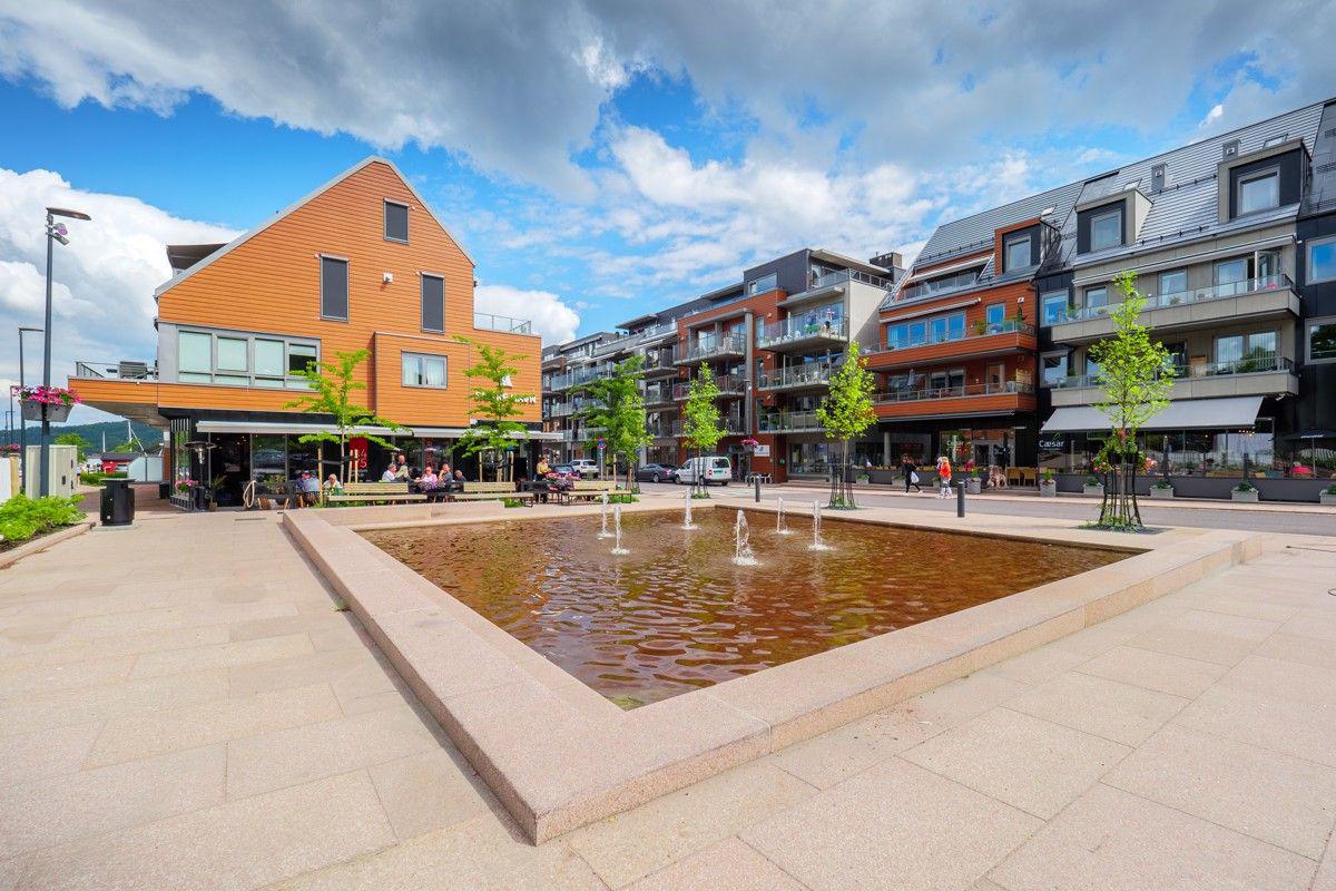 Sentrum har en god blanding av bolig og næringsvirksomhet - Torget er et hyggelig område midt i sentrum