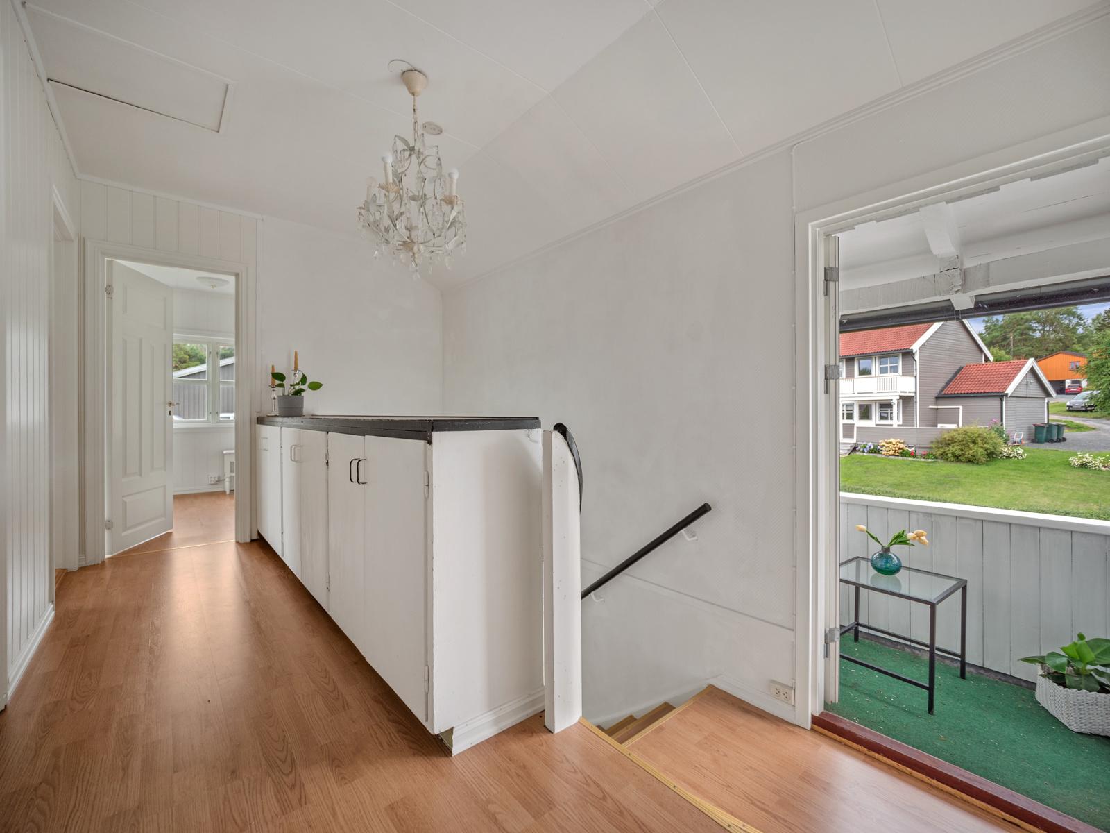 Soveromsgang med utgang til balkong i 2 etasje
