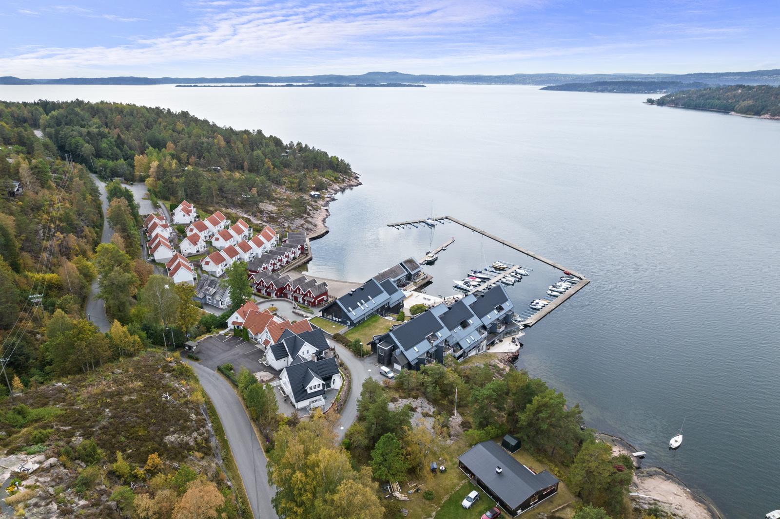 Oversiktsbilde over Holtnes brygge og beliggenheten mot Drammensfjorden