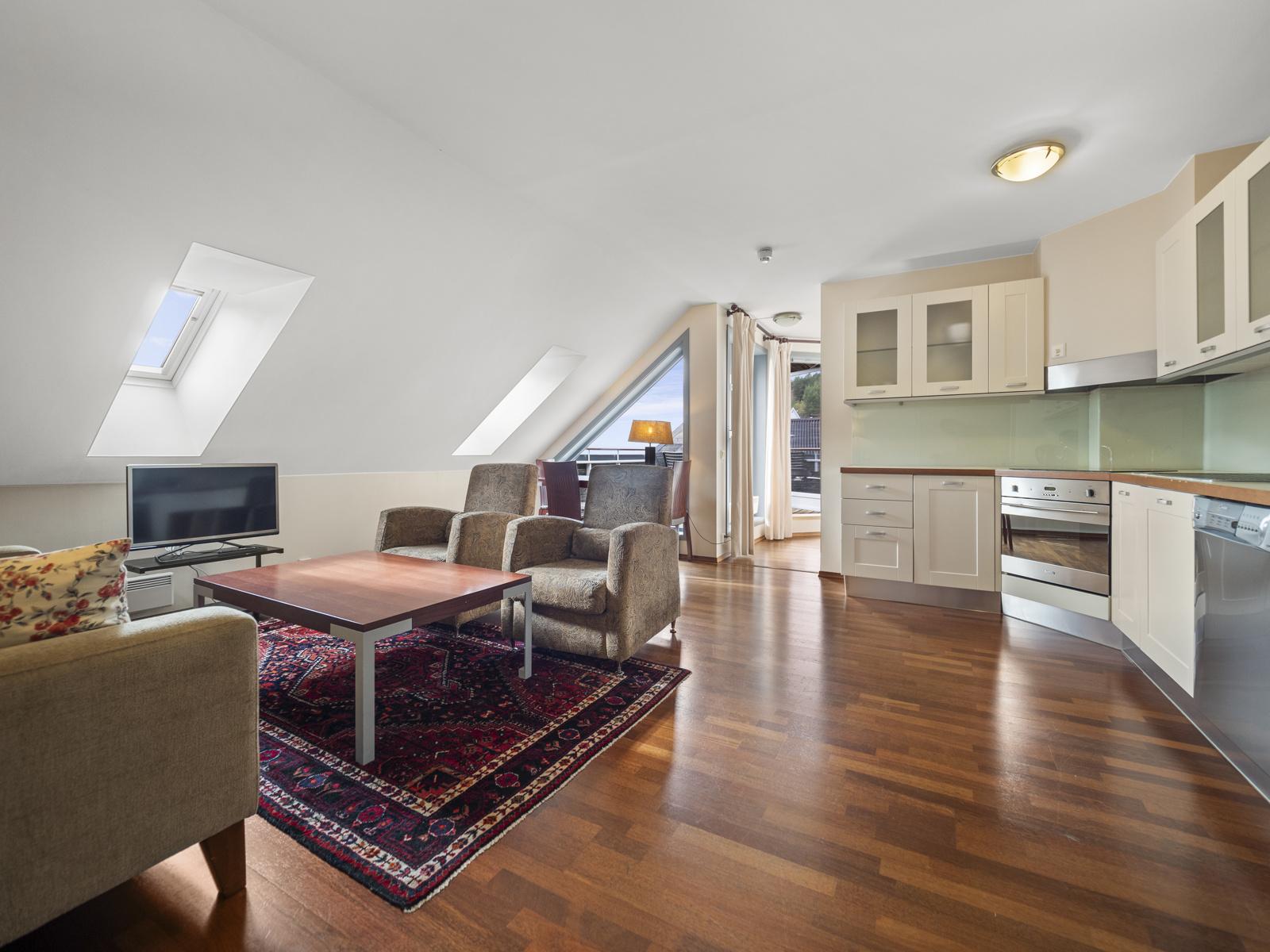 Hyggelig stue med åpen kjøkkenløsning og utgang til terrasse