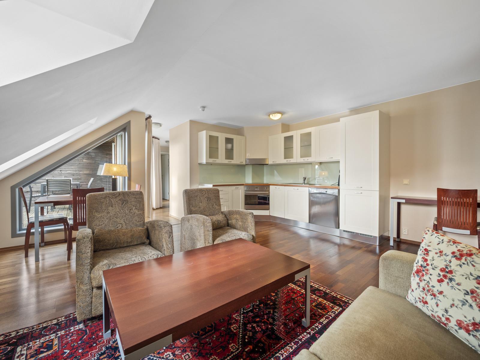 Plass til både sofagruppe og spisebord i stuen - Spennende planløsning med takvinduer som gir gode lysforhold.