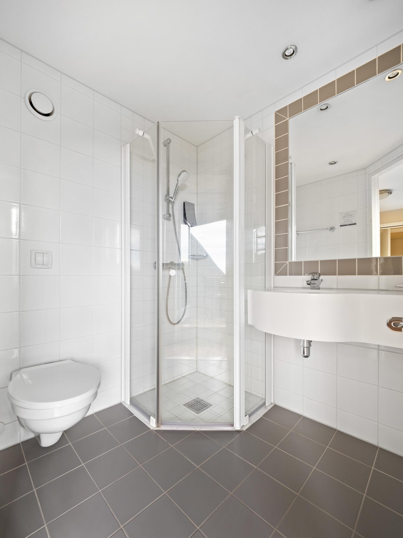 Bad II med vegghengt wc, dusj og servant