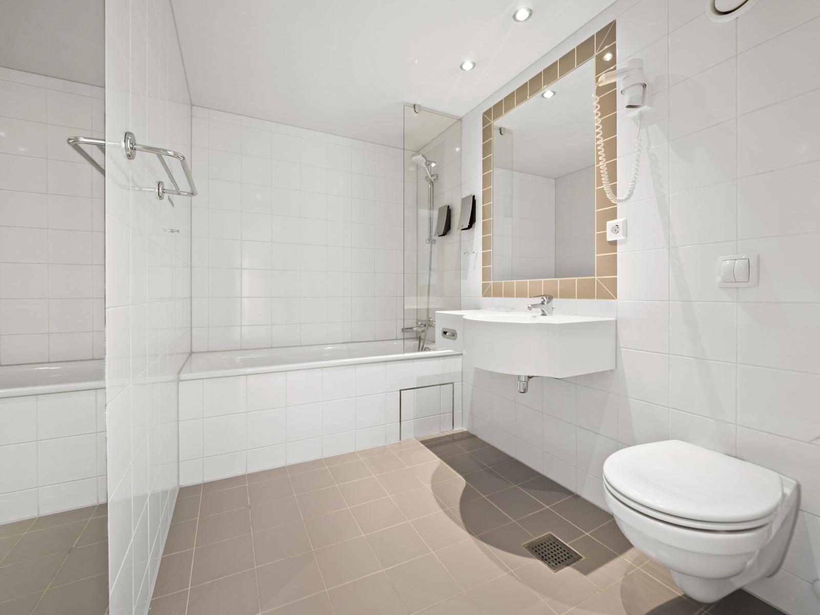 Bad III med vegghengt wc, badekar med dusjløsning og servant