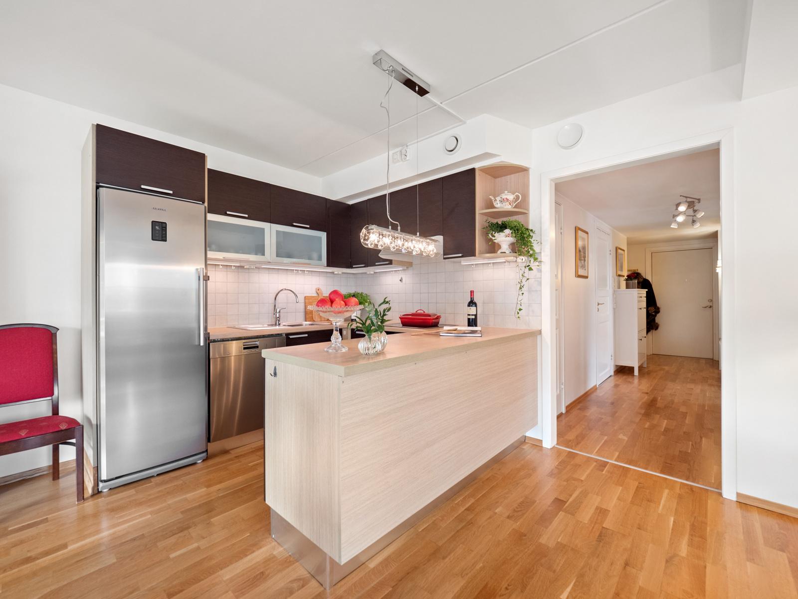 Kjøkken med åpen løsning til stue/spisestue.