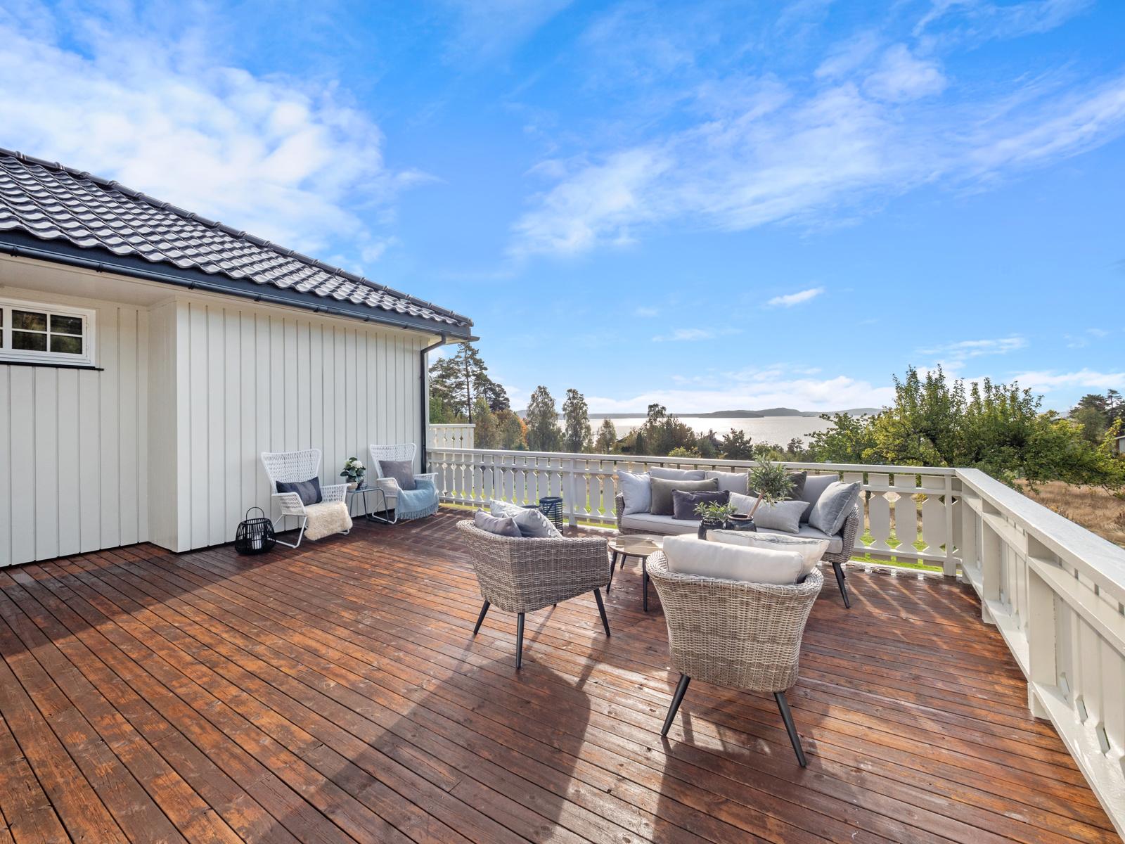 Stor deilig terrasse med flott utsikt og gode solforhold