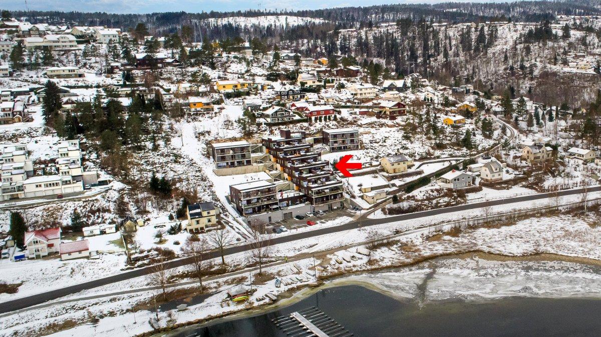 Dronebilde. Her får du et bra inntrykk av hvor nærme leilighetene ligger vannet.