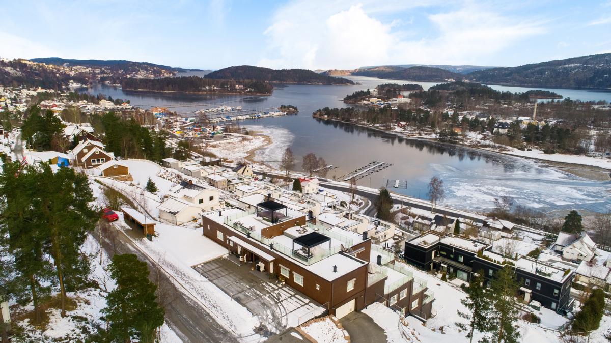 Høydefoto over bygget. Leiligheten har flott utsikt over Sætrepollen og innover mot Oslo