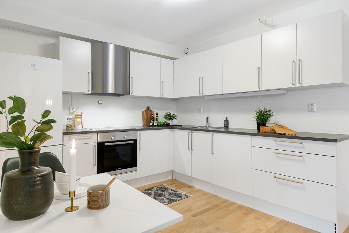 Frittstående kjøleskap og integrert stekeovn/koketopp medfølger. Det er røropplegg for oppvaskmaskin