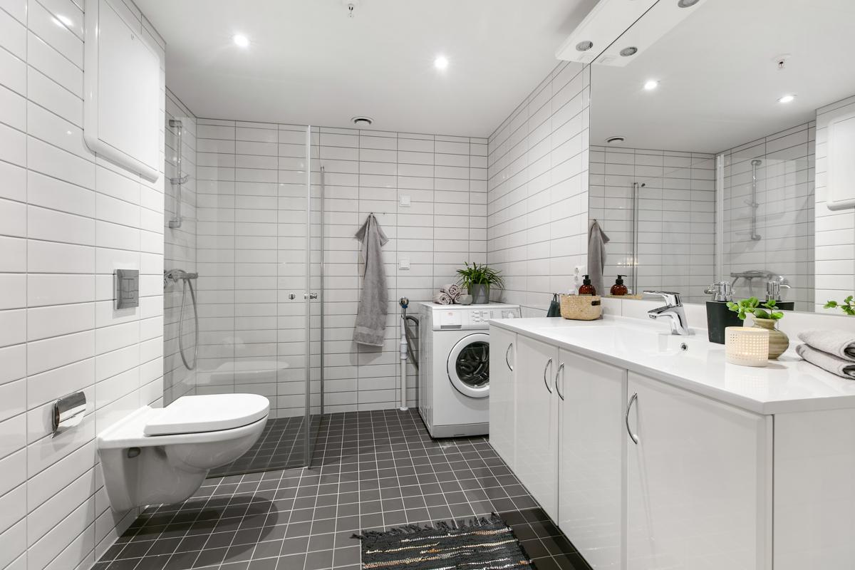 Opplegg for vaskemaskin på badet. Vaskemaskin medfølger.