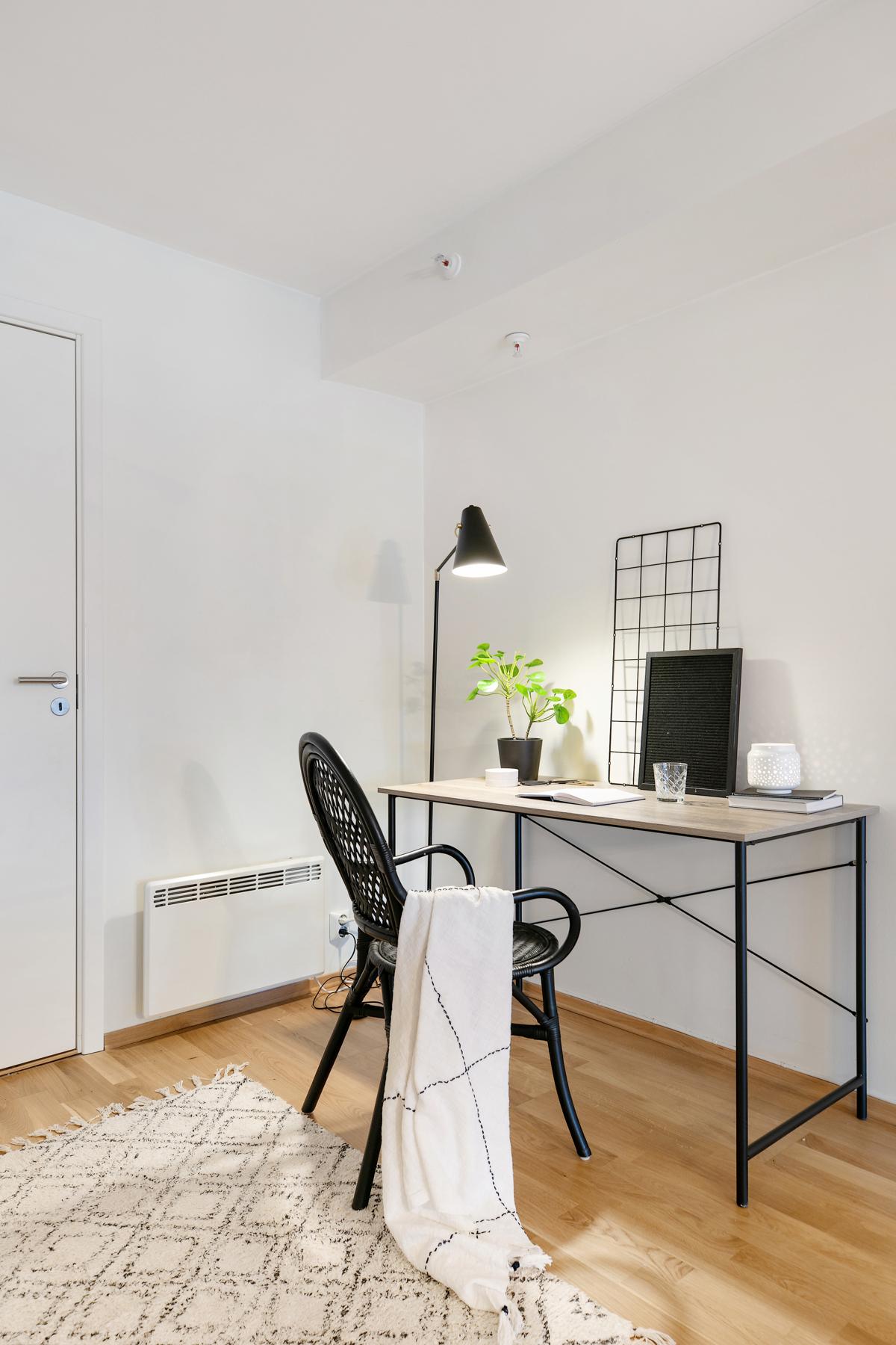 I hjørnet inn mot boden får du plass til en skrivepult, eller en ekstra liten sofa om du vil.