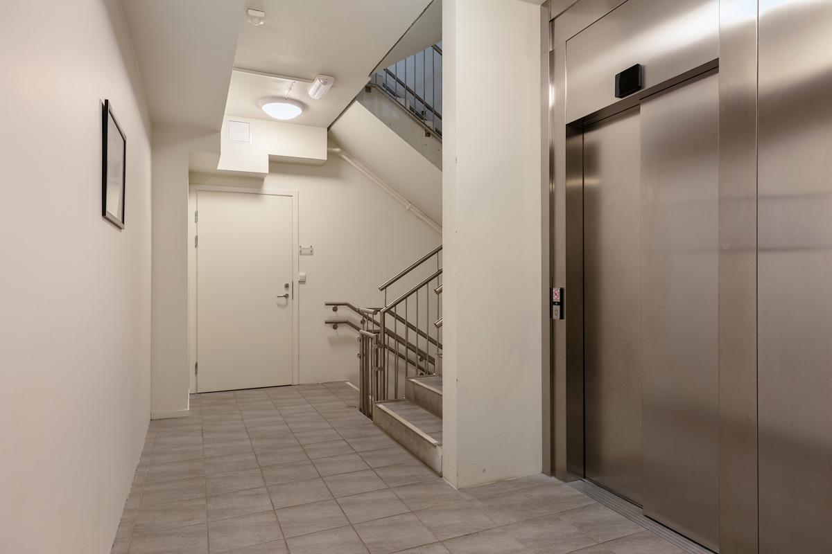 Fellesgang i 3. etasje. Bodanlegget ligger også i denne etasjen og det er heis til hvert leilighetsplan.