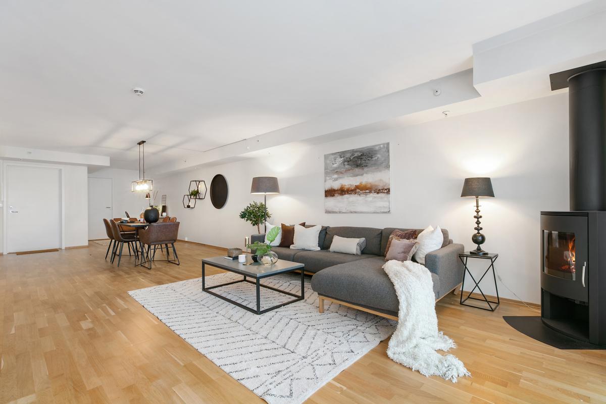 Stor åpen stue. Her får du plass til både salong og spisestue. I hjørnet inn mot boden får du også plass til en skrivepult, eller en ekstra liten sofa om du vil.