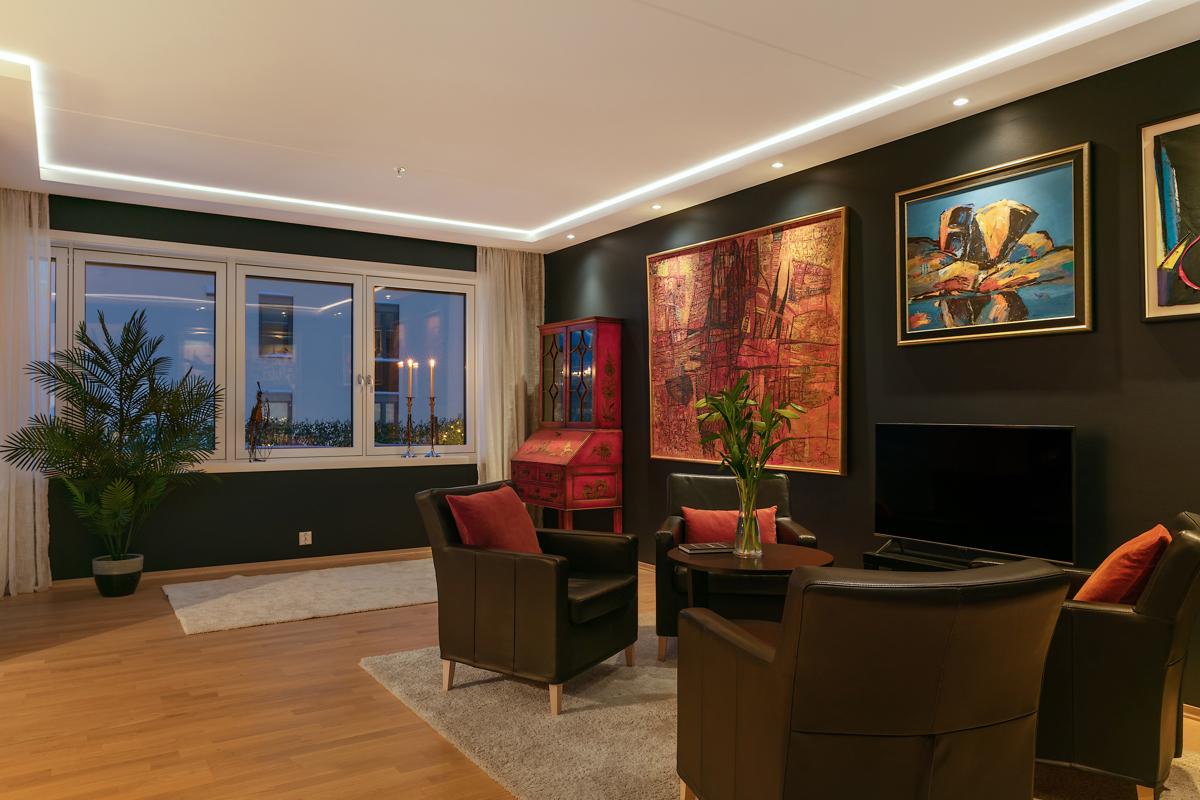Taket i stue/kjøkken er delvis nedforet for innfelt belysning og skulte gardinoppheng