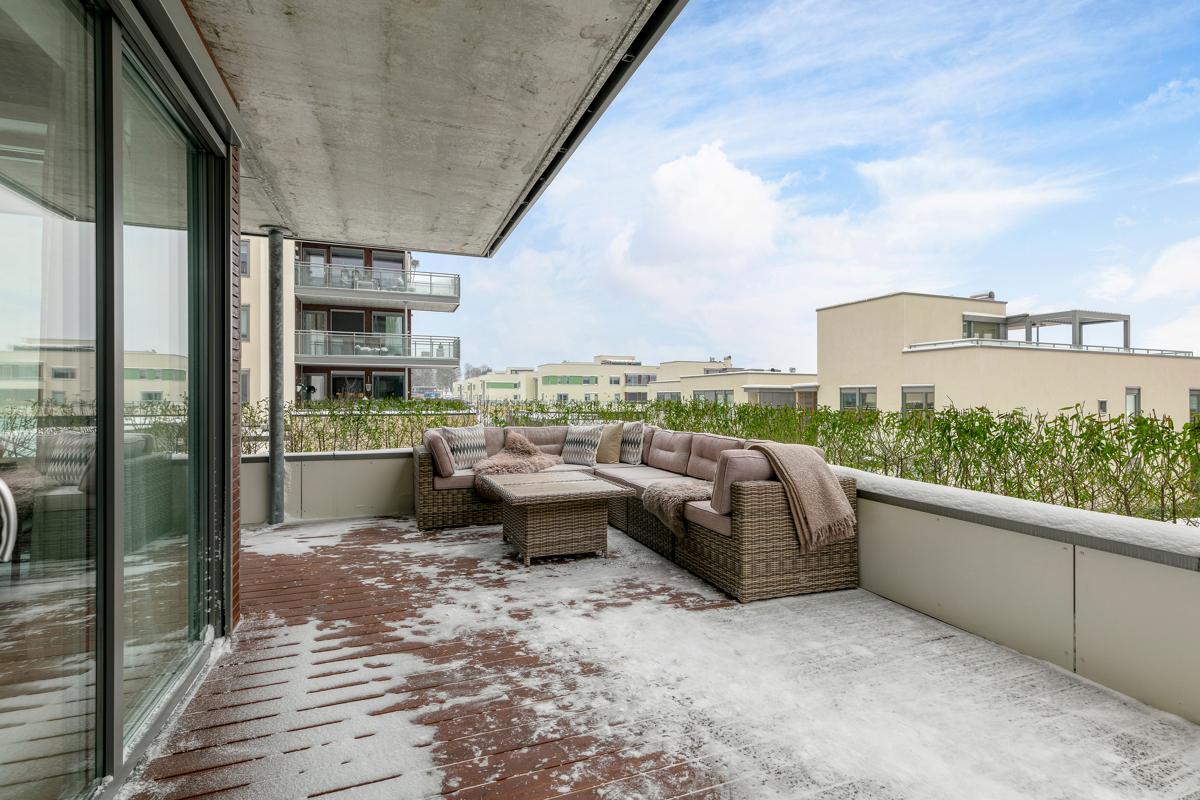 Stor terrasse med gode solforhold