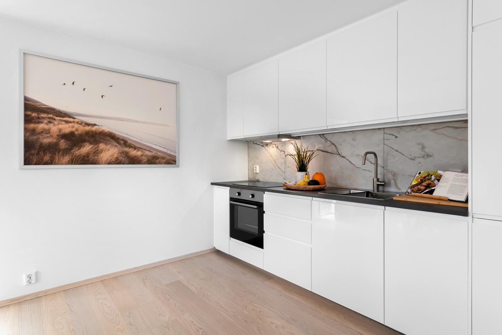 Stilrent hvitt kjøkken.
