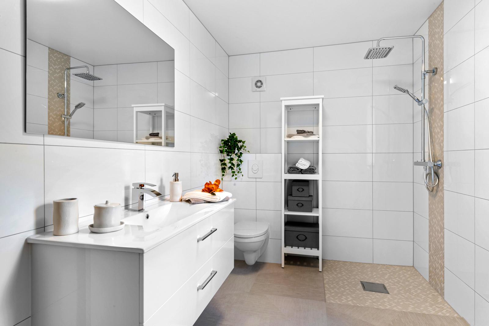 Lekkert flislagt nytt bad/wc med varme i gulv og vegghengt wc.