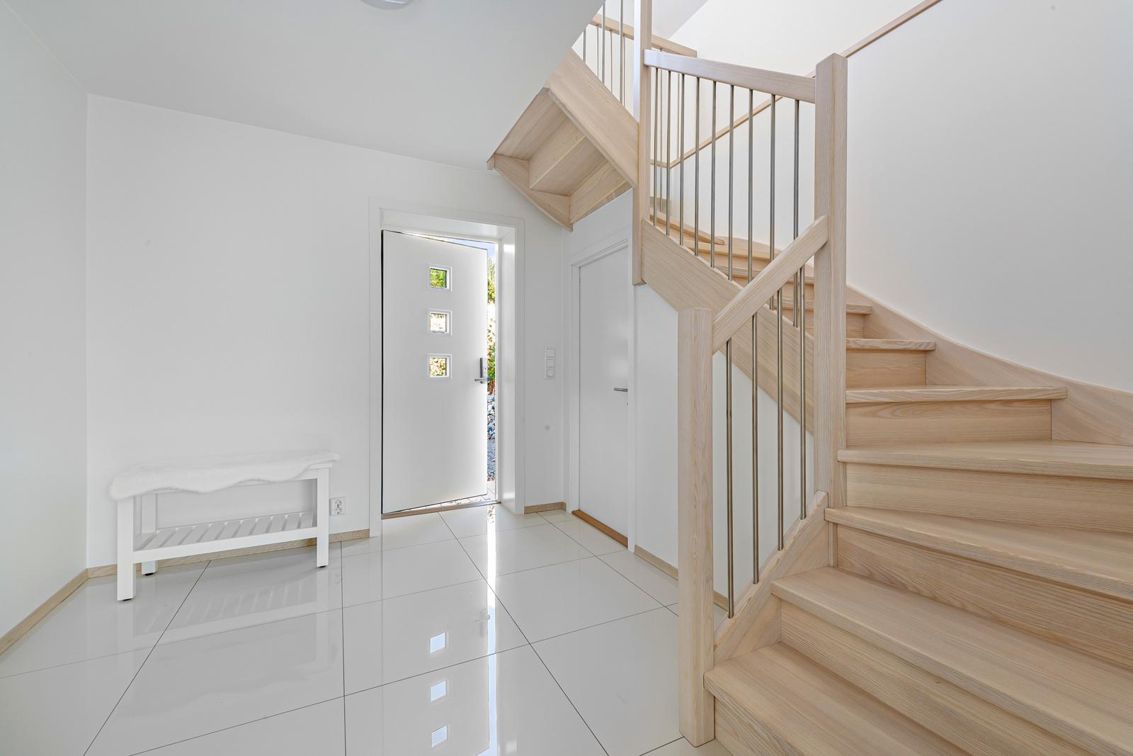 Flislagt gang/hall med varme i gulv og trapp opp til 2 etg samt dør med trapp ned til kjeller.