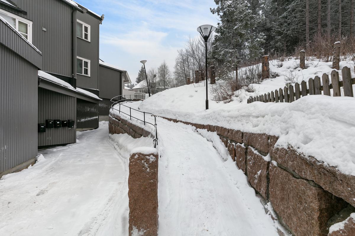 Gangvei opp til leilighetene. Inn til venstre her er inngangen til kjellerbodene.