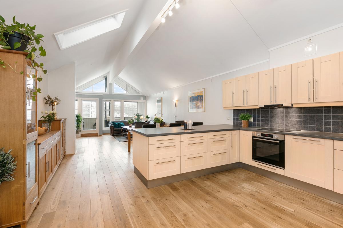 Kjøkkenet har stor og brev halvøy og det er veldig god arbeidsplass på benken på begge sider.