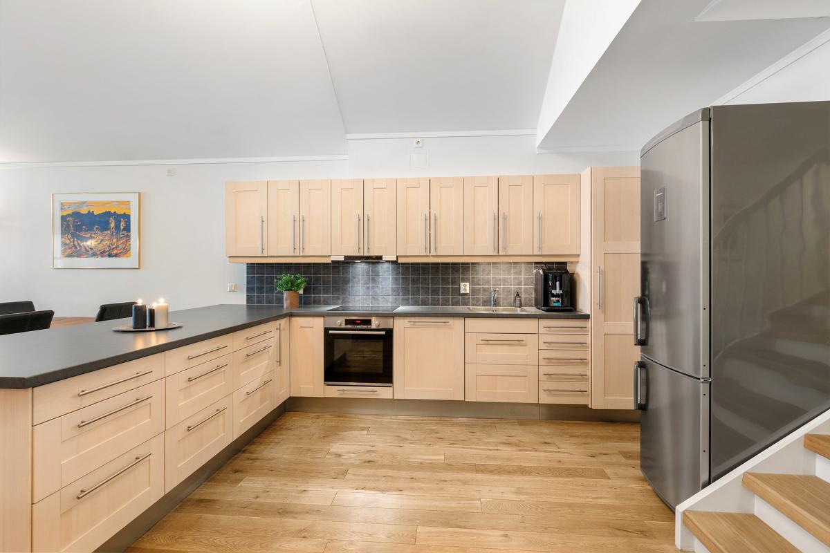 Kjøkkenet har masse oppbevaringsplass i skuffer og skap.