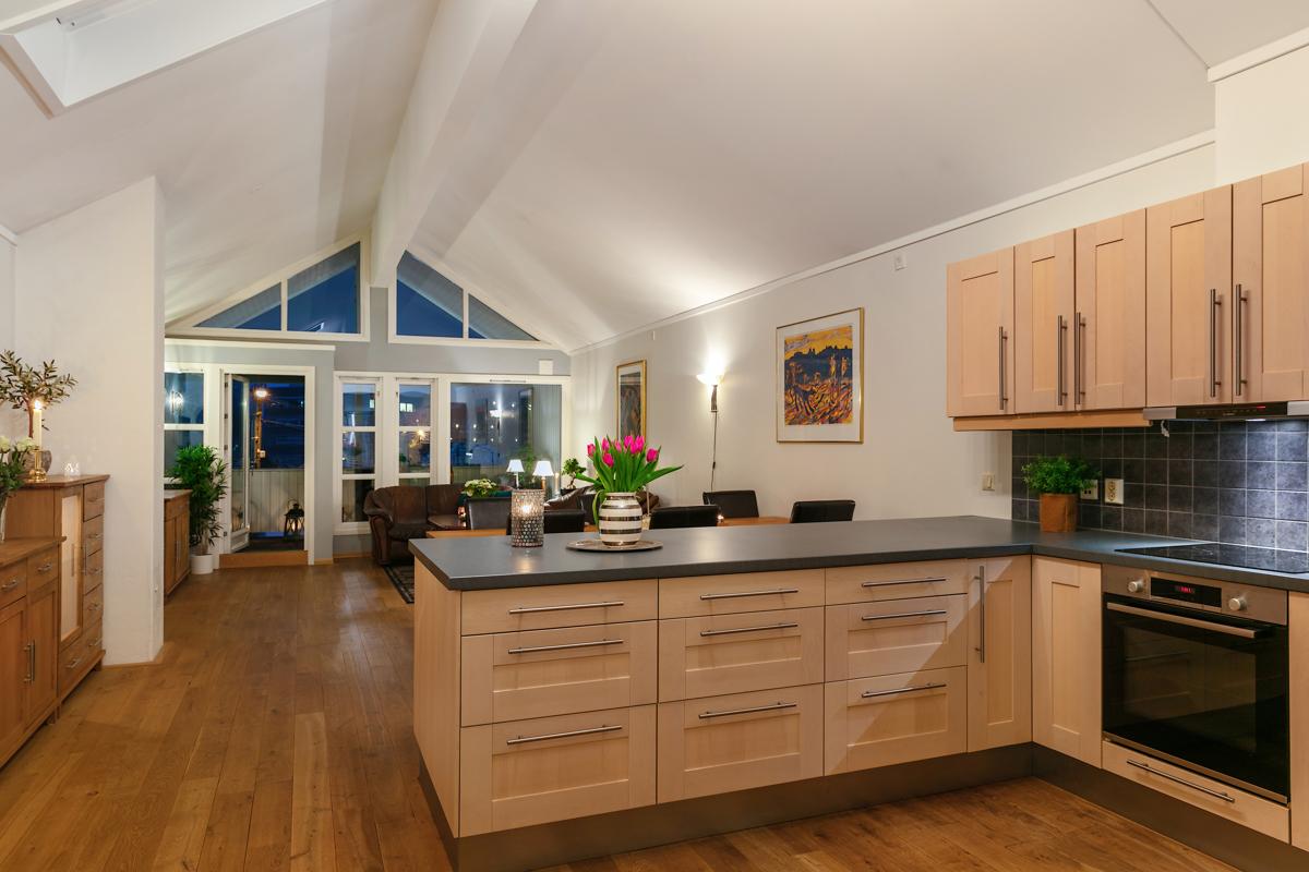 Innholdsrikt og praktisk kjøkken med stor benkeplass og arbeidsplass. Kjøkkenet ble skiftet i 2009