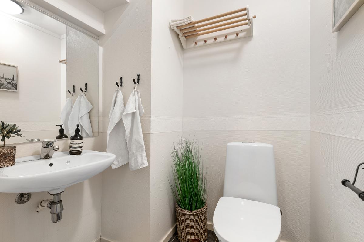 Separat toalettrom med wc og servant.