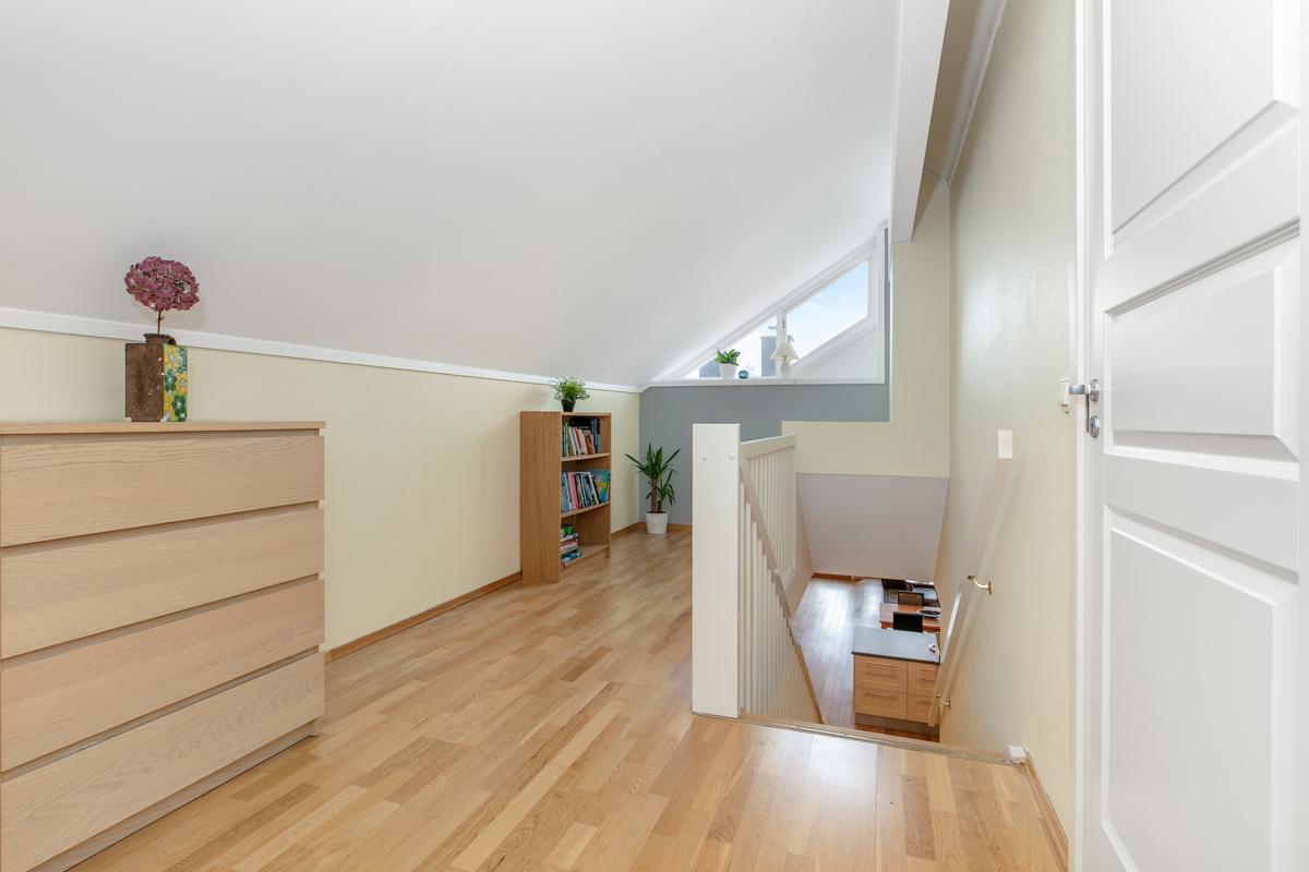 Trapperom i 2. etasje med plass til en kontorpult eller f.eksempel en liten sofa.