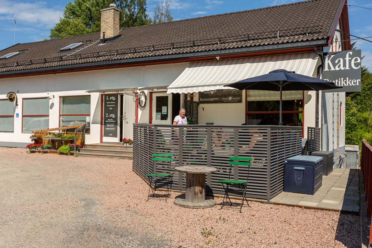 Nærmiljøet med blant annet koselig kafe, blomsterbutikk og frisør.