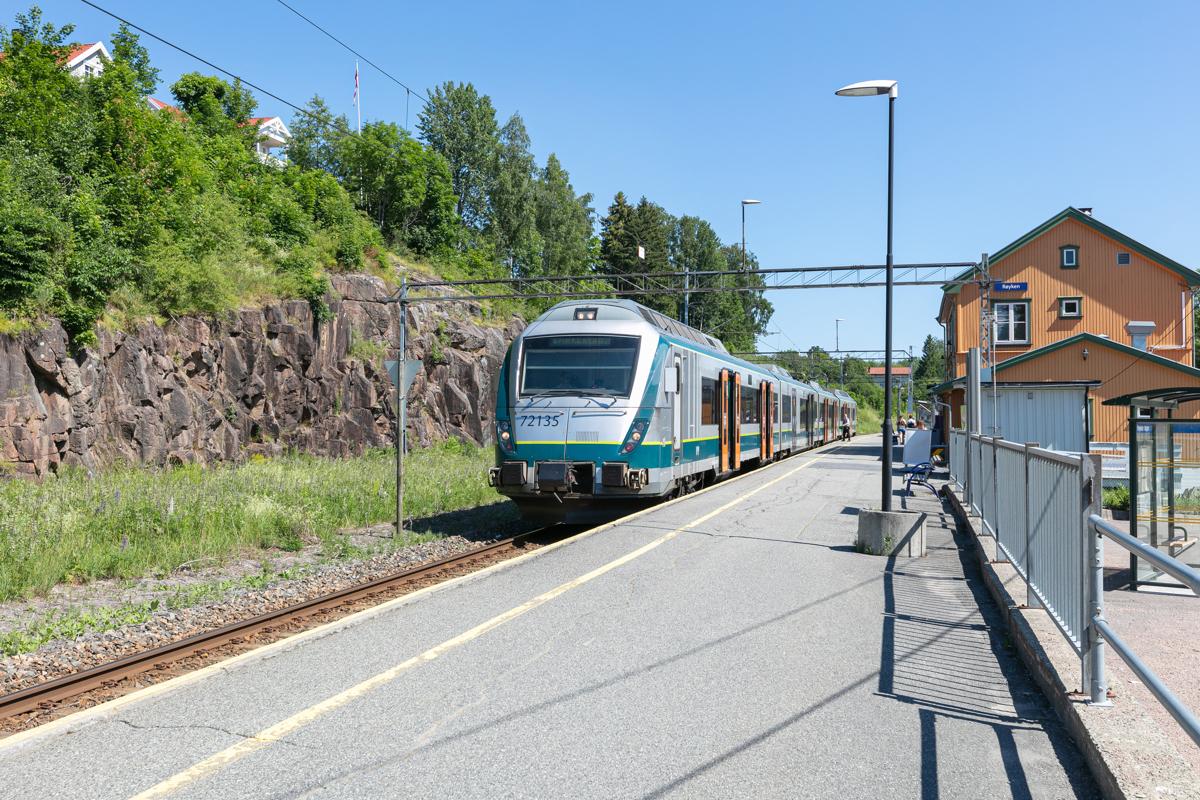 Røyken togstasjonen med 2 avganger i timen til Asker/Oslo.