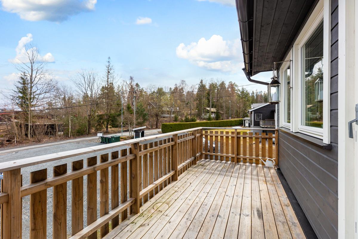 Stor terrasse med plass til utemøbler