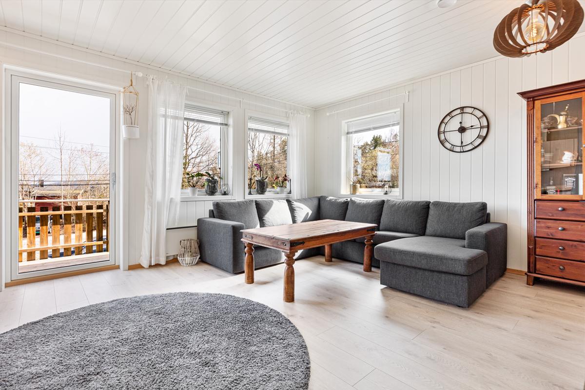 Lys og trivelig stue med vinduer på 2 kanter.