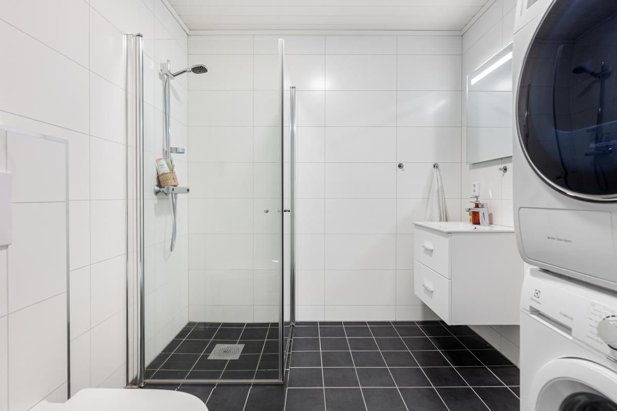 Lekkert flislagt bad/wc med dusjvegger opplegg for vaskemaskin og varme i gulv
