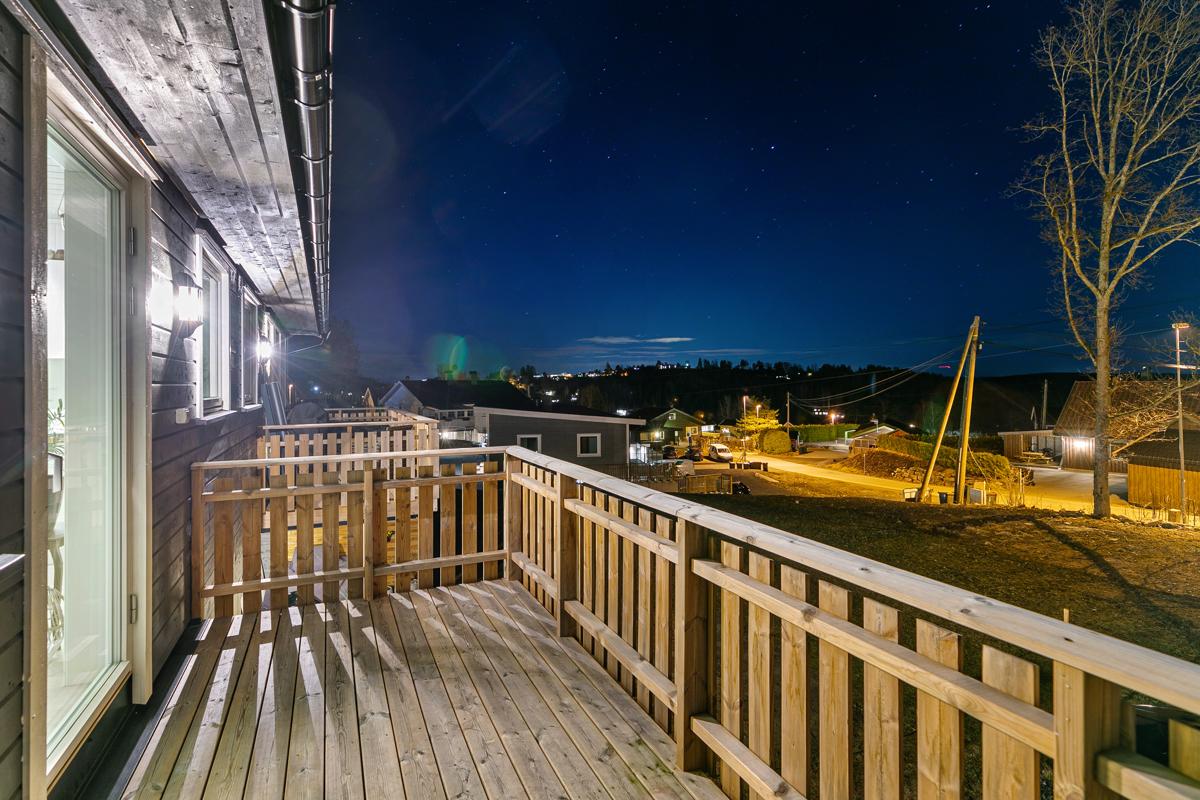 Kveldssteming fra balkong utover nærområde.t