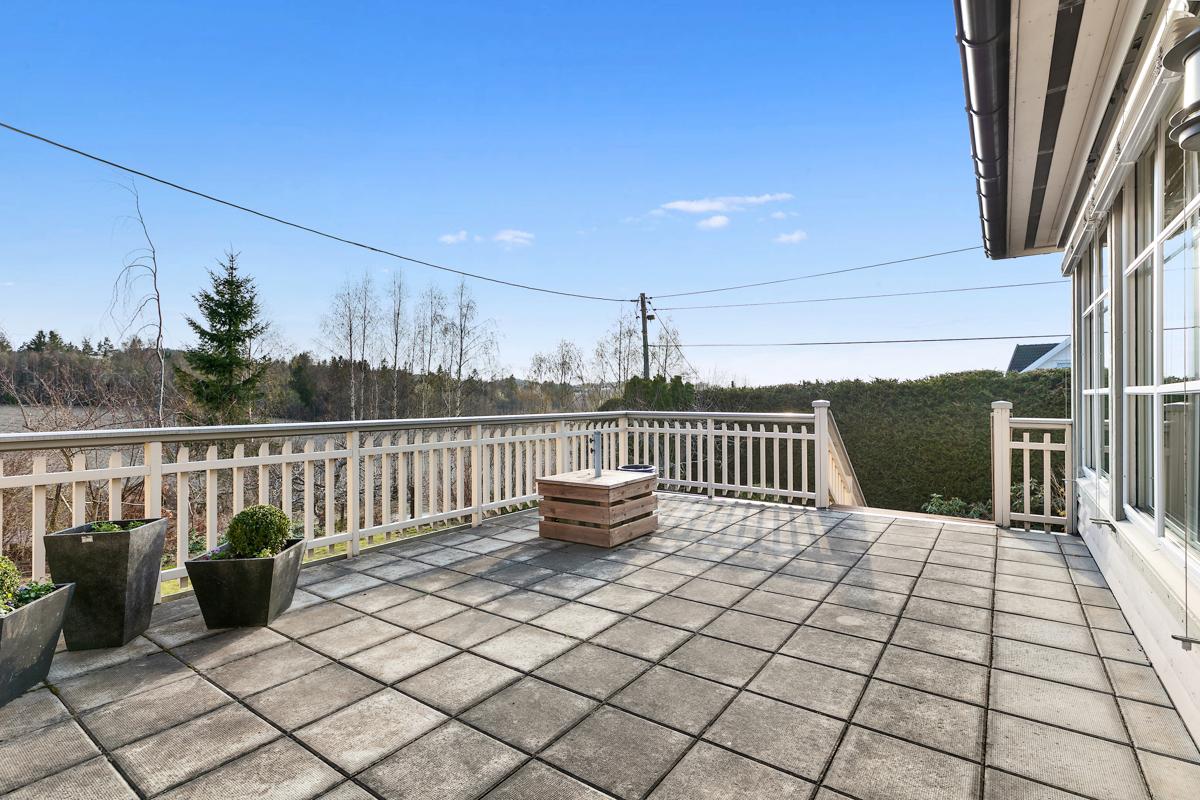 Stor terrasse utenfor stuen, her har man god plass til solsenger og sittegrupper