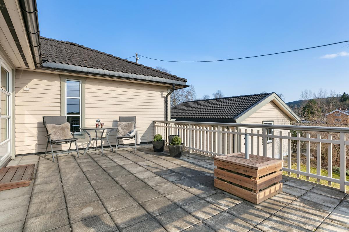 Romslig og solrik terrasse med betongheller som krever lite vedlikehold