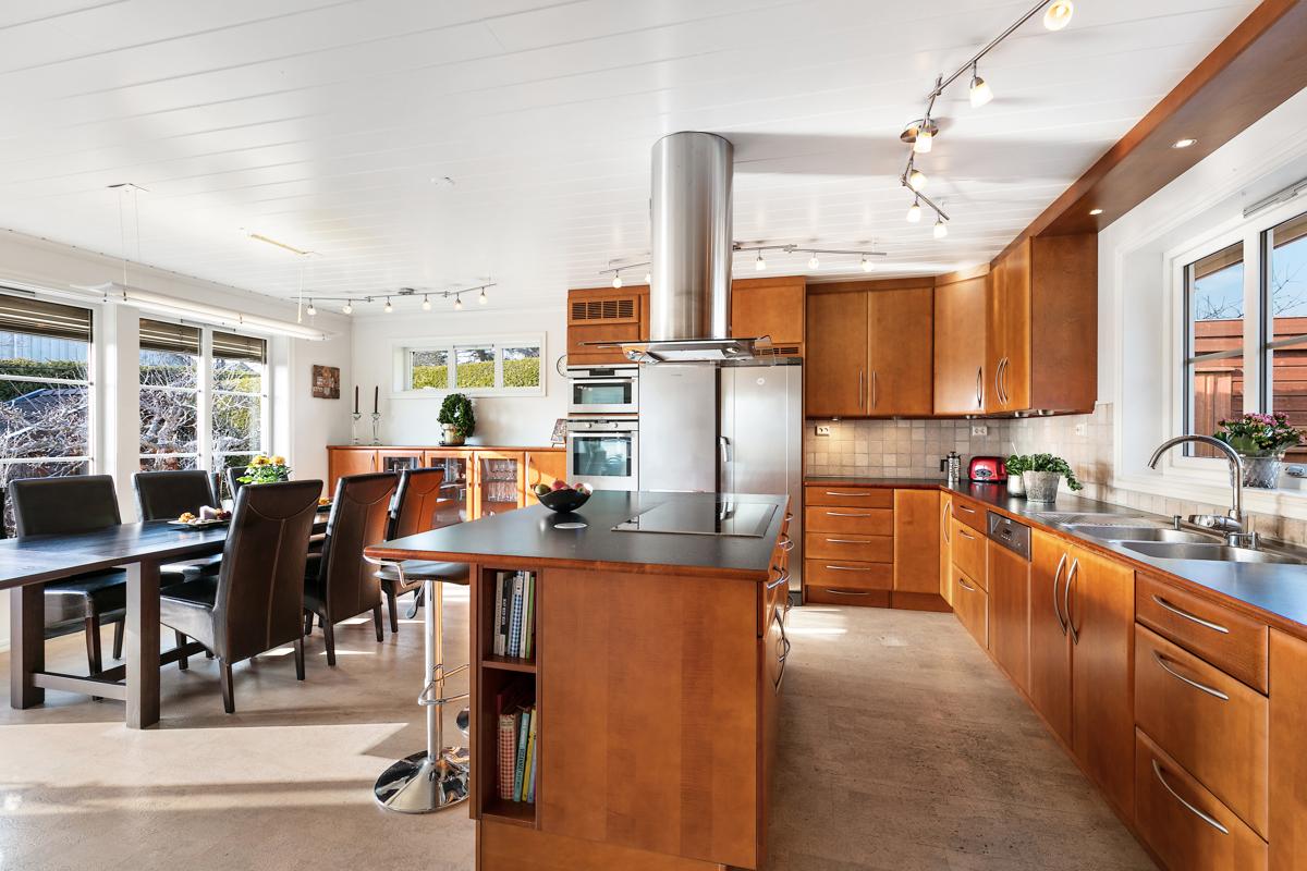 Et åpent stort kjøkken, her kan alle være samtidig.