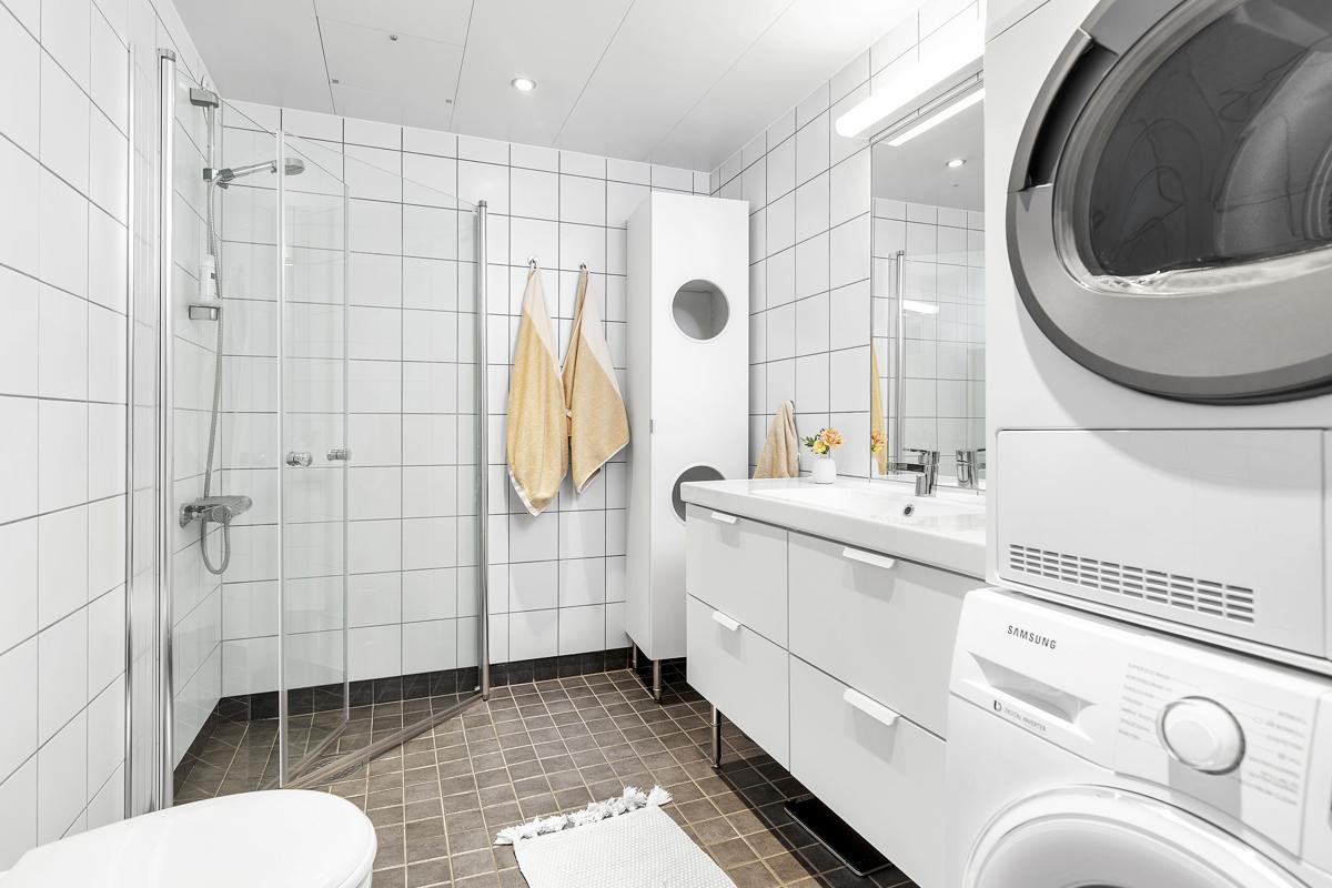 Pent flislagt bad med plass til vaskemaskin og tørketrommel