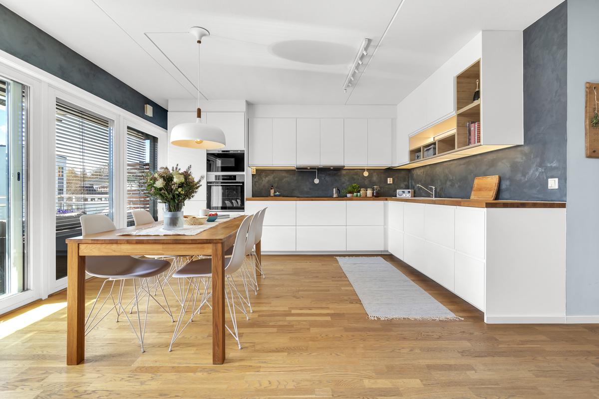 Nyere kjøkken med integrerte hvitevarer