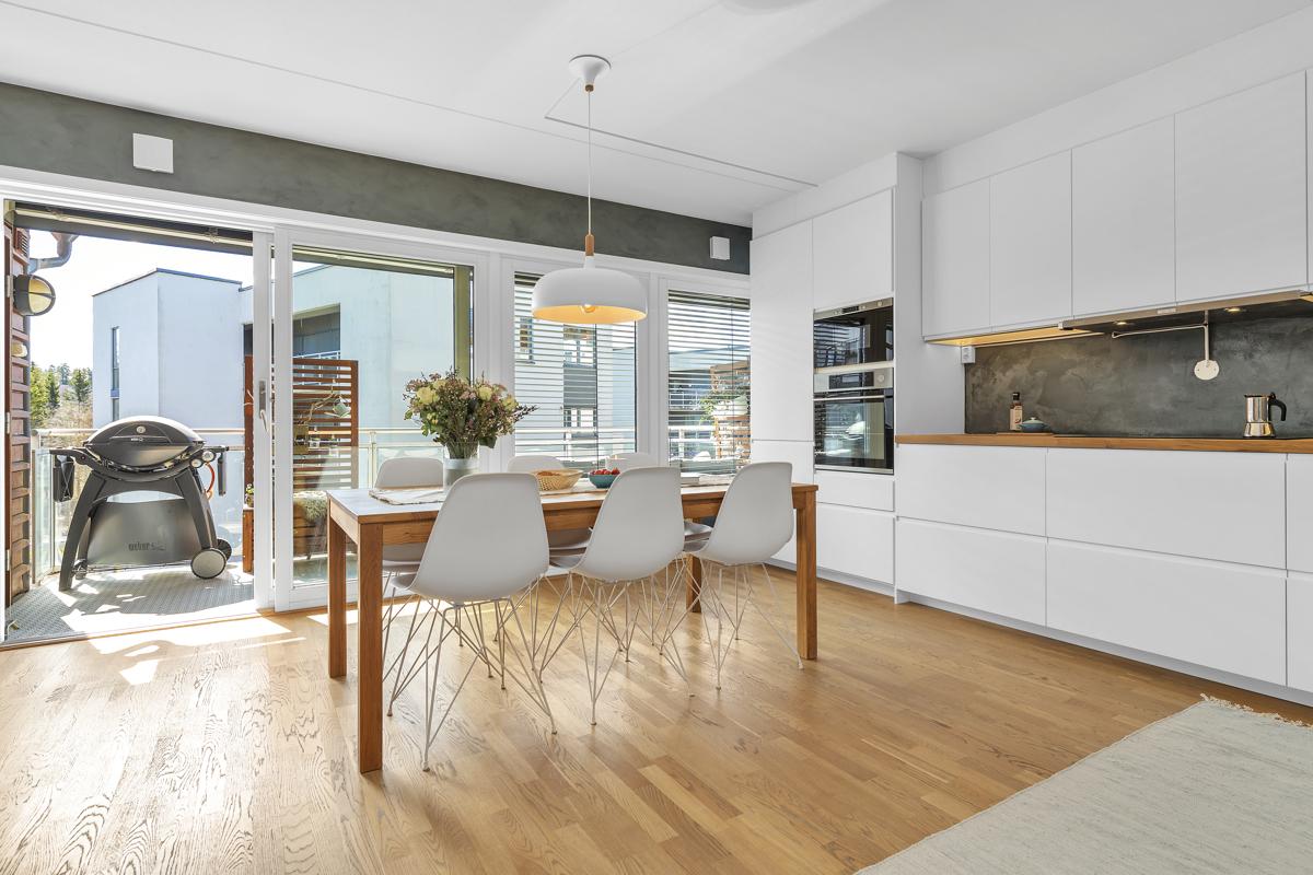 Store vindusflater gir godt med lys inn i leiligheten