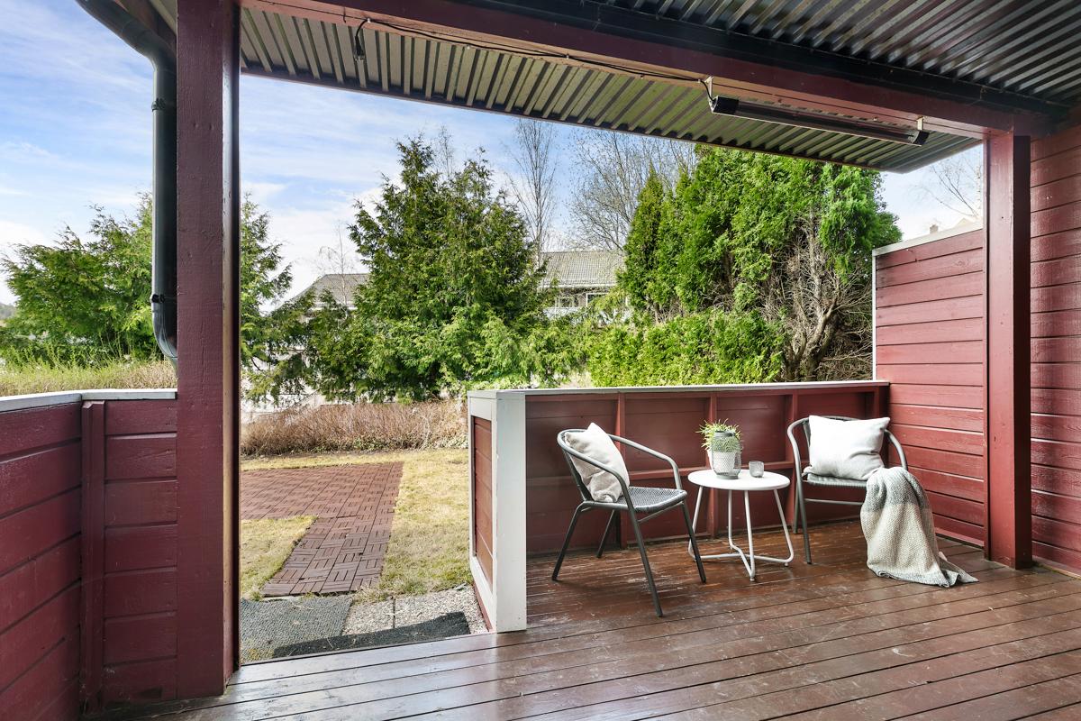 Terrasse utenfor det ene soverommet i underetasjen