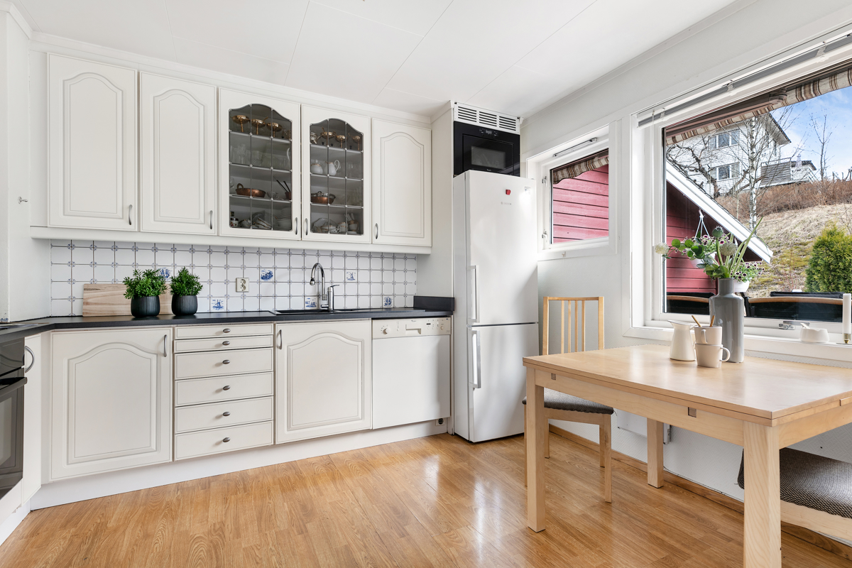 Kjøkkenet med plass til spisebord