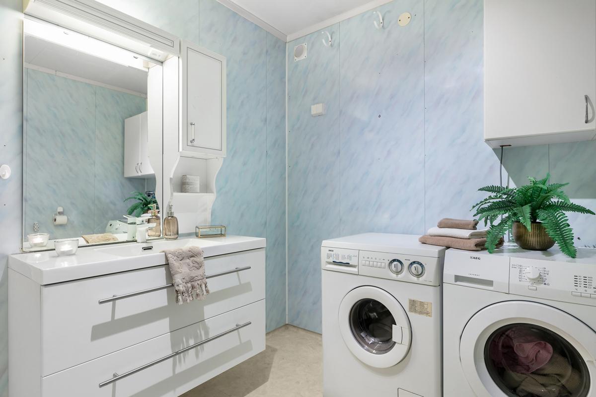 Bad i 1. etasje. Det er opplegg for vaskemaskin/tørketrommel på dette badet.
