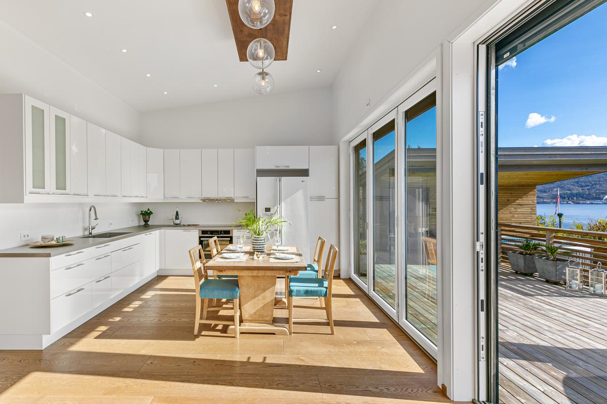 Pent kjøkken med hvite slette fronter i høyglans