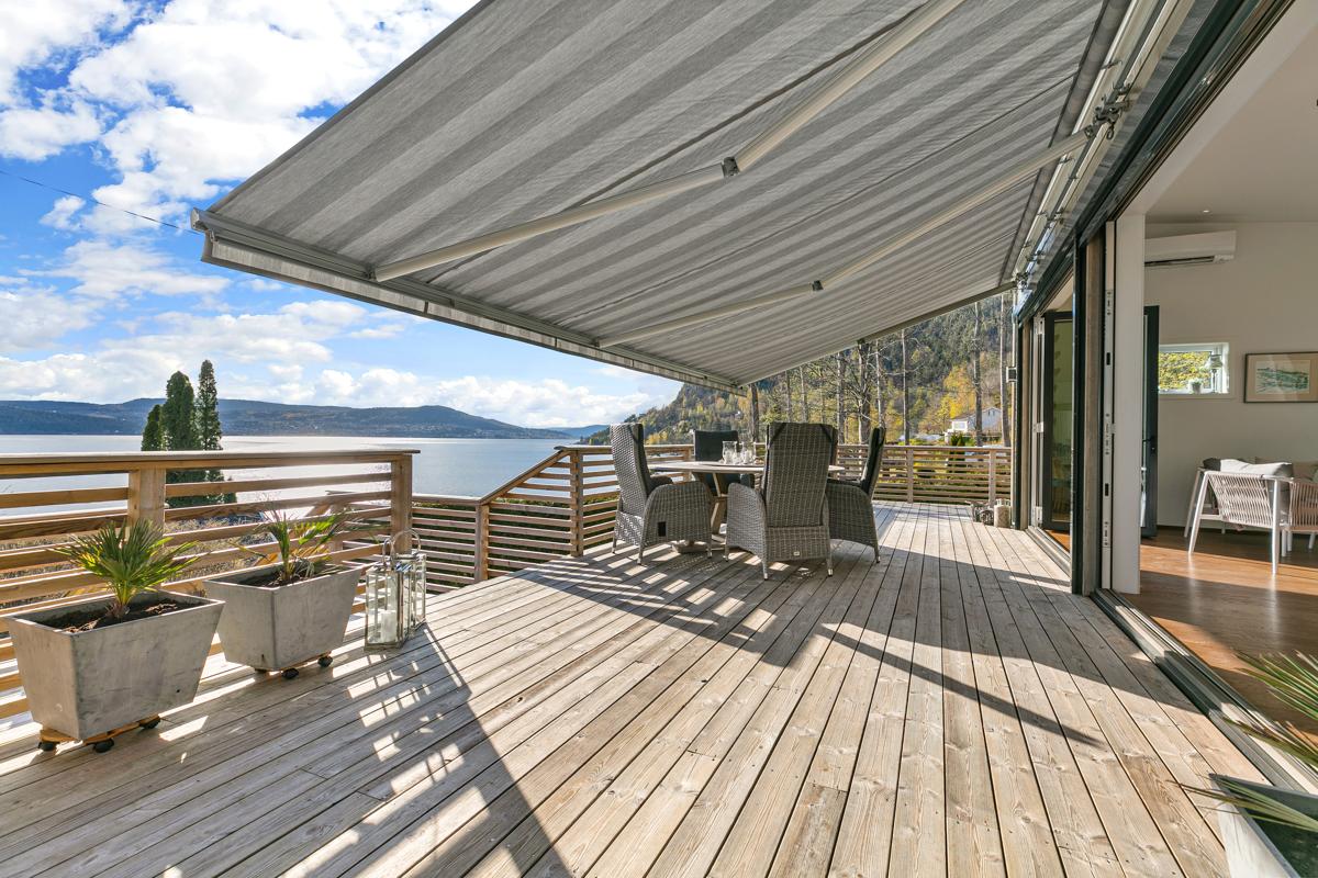 I tillegg er det elektrisk markise som man kan ta ut over store deler av terrassen