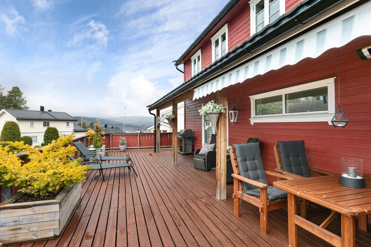 Terrasse på ca. 50 kvm utenfor stue