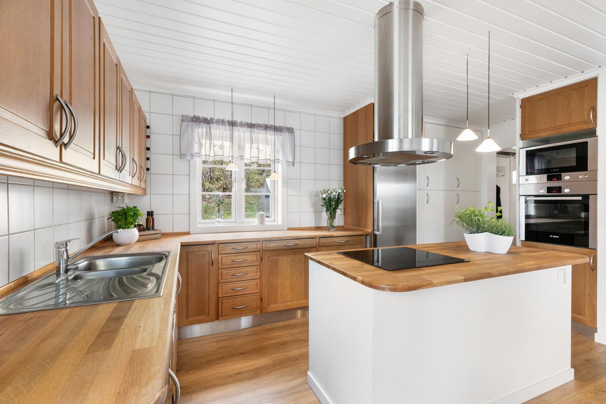 Kjøkken. Eik benkeplate. Integrerte hvitevarer.