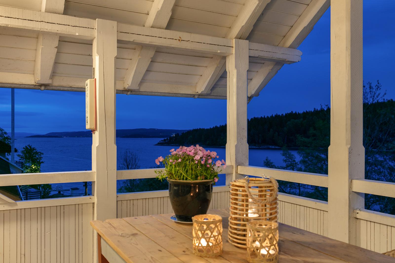 Verandaen er overbygd og du ser fra Oslo til Sætre