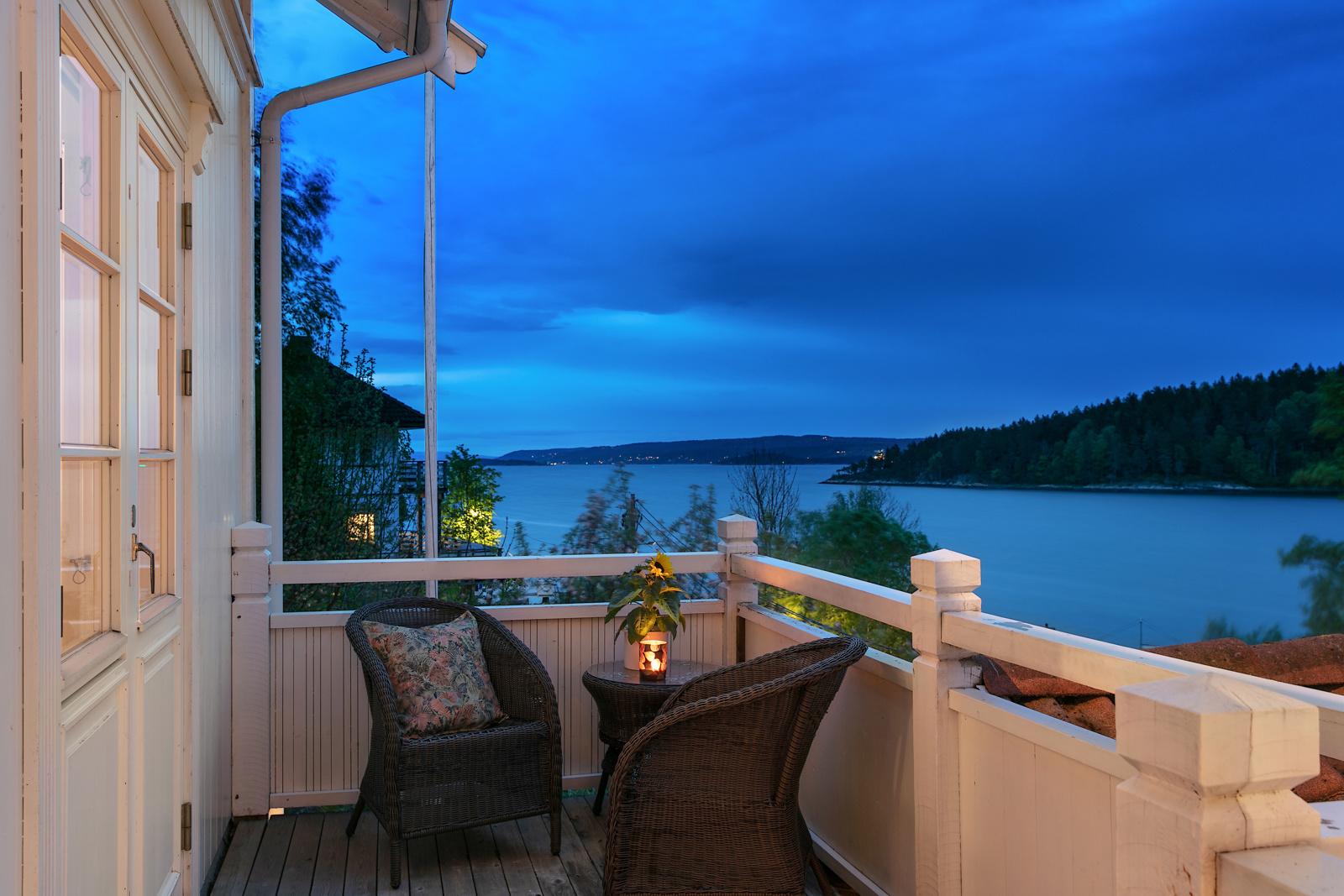 Balkongen har både utgang fra stue og soverom. Her nyter du rolige sommerdager