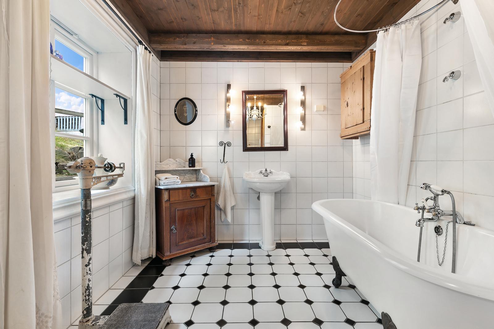 Bad med badekar, et godt og sjarmerende rom